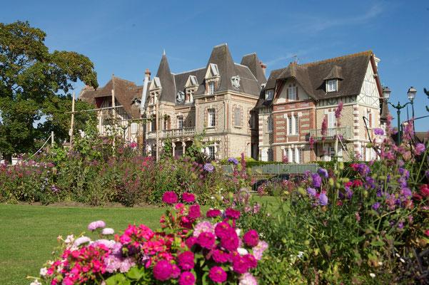 Cabourg wurde für seinen Blumenschmuck mit 4 Blüten ausgezeichnet. Foto: Villes et Villages Fleuris.