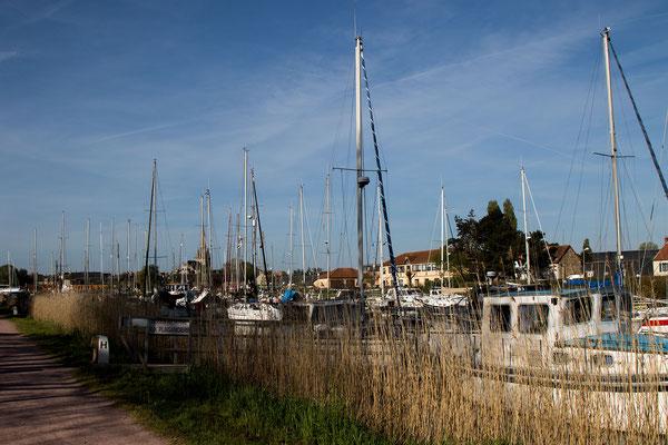 Der Hafen von Carentan beherbergt alles vom kleinen Motorboot bis zur Luxusyacht