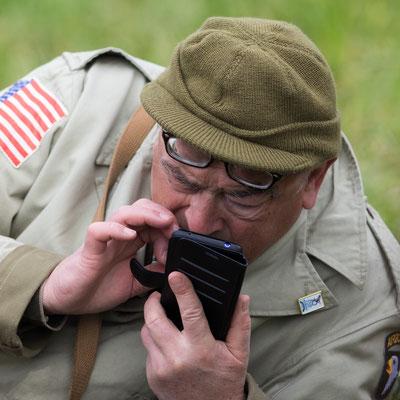 Ein Teilnehmer schreibt nach der Landung eine SMS.