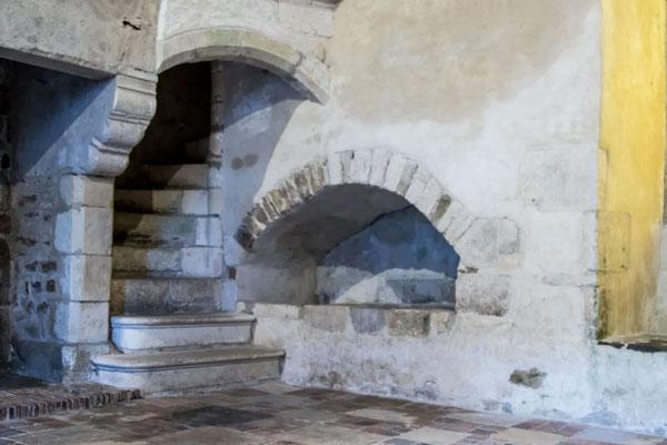 In den Innenräumen der alten Logis könnt Ihr nachvollziehen, wie die alten Rittersleute gelebt haben – gemütlich wars wohl nicht.