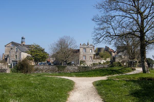 Grüne Oase zum entspannen – Blick vom Schlossgarten auf die Stadt Domfront.