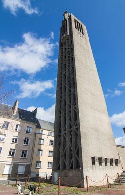 Der Kirchturm der Abteikirche Sainte-Croix wurde von deutschen Soldaten gesprengt. Hier steht heute ein moderner Ersatz.