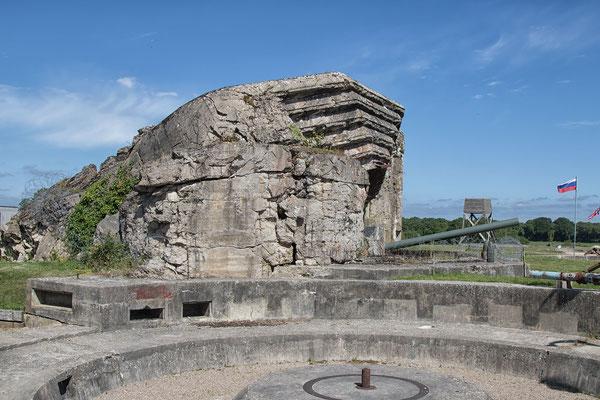 Kasematte Nummer zwei der Batterie Crisbecq. Die Zerstörungen sind einem Unfall geschuldet, bei dem rund ein Dutzend amerikanischer Soldaten ums Leben kam.