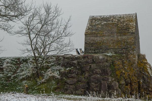 SEltenes Ereignis: Schnee am Corps de Garde in Saint-Germain-sur-Ay.