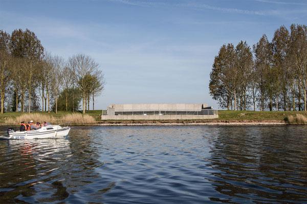 Kurios: Der Kanal von Carentan zur See führt über die Straße