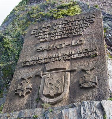 Gedenktafel für die im Bombenhagel vom 6. Juni gestorbenen Einwohner von Saint Lô am Fuß der Remparts.
