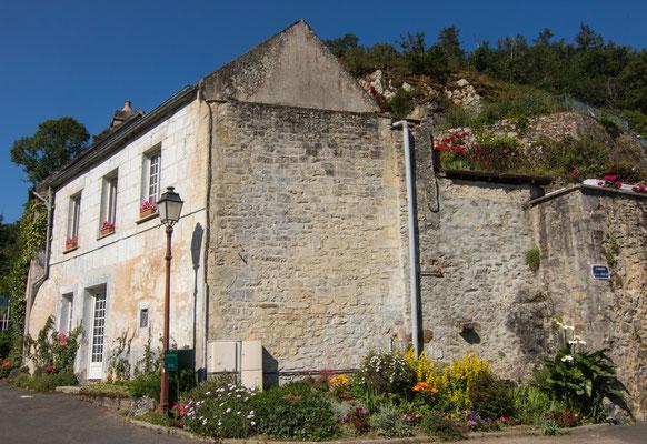 Rund um den Stadtkern von Falaise sind die Häuser direkt an den Felsen gebaut.