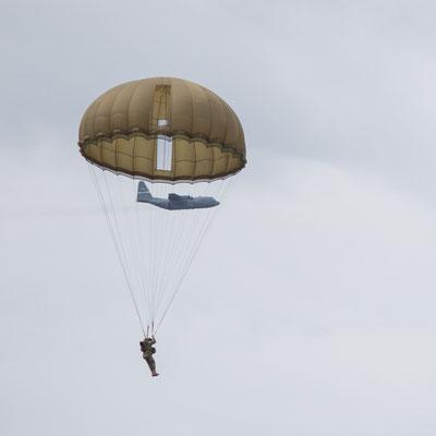 Fallschirmabsprünge in der Normandie zum Jubiläum des D-Day.