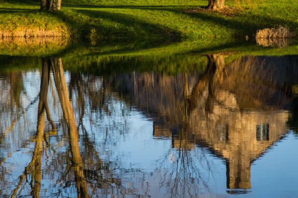 Die Ferme de Mares in Saint Germain sur Ay spiegelt sich im See.