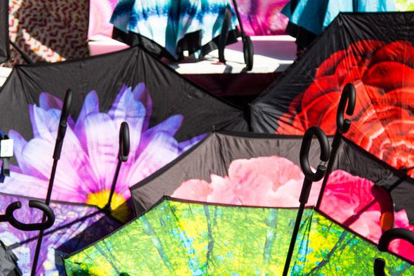 Diese knalligen Regenschirme sind der Verkaufsschlager 2018. Gefühlt gibt es sie an jedem dritten Stand des Krämermarkts