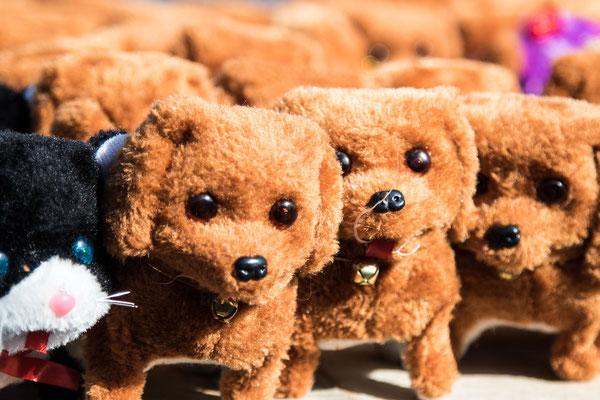Kläffende Stoffhunde sind vor allem bei den jüngsten Besuchern des Krämermarkts beliebt.
