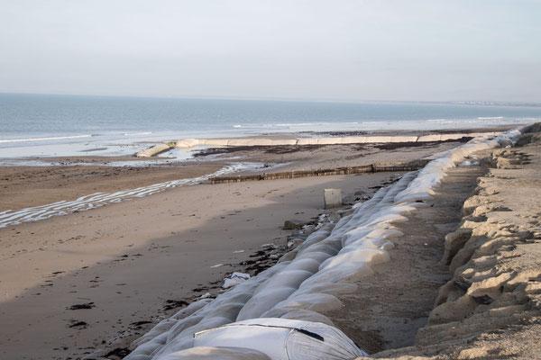 """Die """"Riesenwürste"""" von Gouville-sur-Mer wurden erst im Herbst 2017 installiert. (Foto vom November 2017)"""