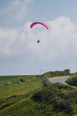 Gleitschirmflieger am Port Dielette.