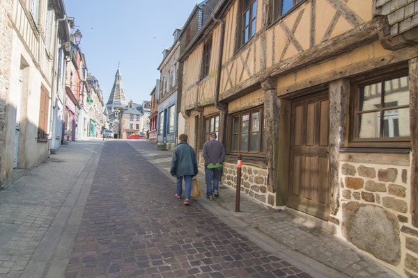 Gasse vom Schloss zur Kirche in Domfront.