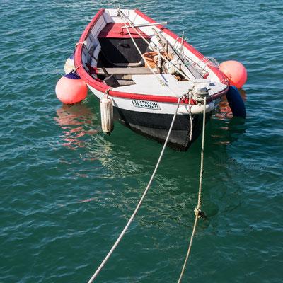 Gut vertaut im Port am Cap Lévi.