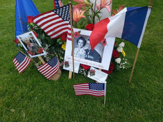 Grabschmuck auf dem Grab von Billie D. Harris. Foto: Stefan Marciniak.