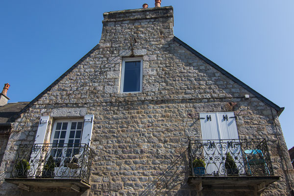 Platz ist auf dem kleinsten Balkon in Domfront.