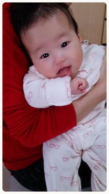 ベビーマッサージ後、ご機嫌の赤ちゃん