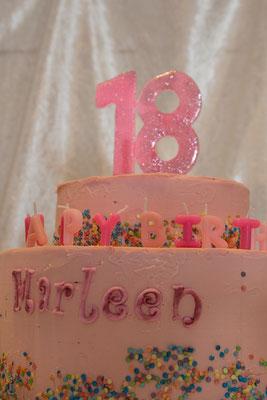 Mit Geburtstagskerzen auf der Torte