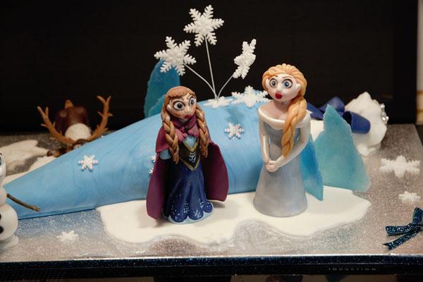 Davor Elsa und Anna aus dem Film 'Frozen'