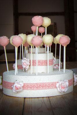 CakePops in champagner und zart rosé auf einem Ständer aus Tortendummies