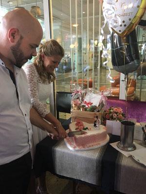 Hochzeitstorte wird im Weißen Haus in Neuss wird angeschnitten