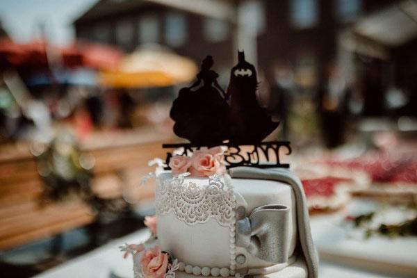 Anschnitt Hochzeitstorte oberste Etage - halb hell, halb dunkler Biskuit