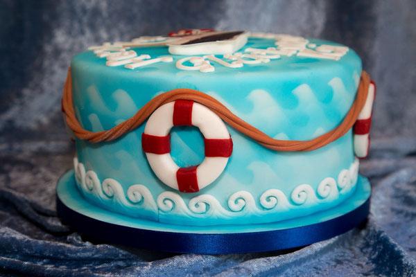 Die ganze Torte mittels Airbrush mit Wellen verziert