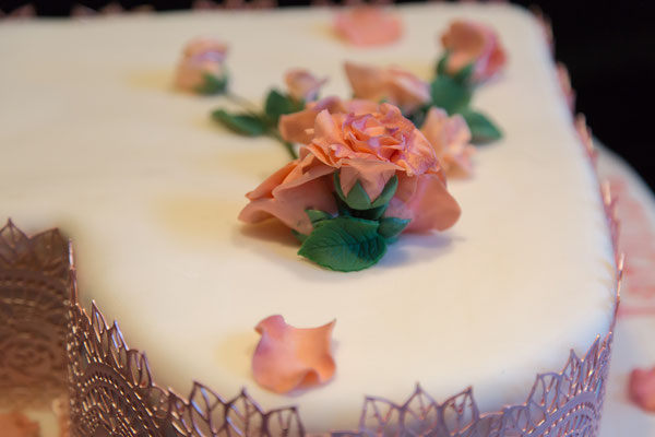 Rosen auf der Hochzeitstorte