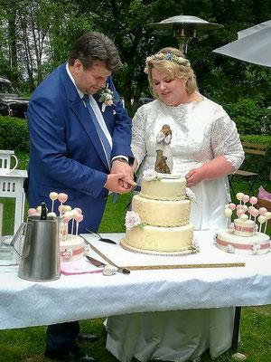 Brautpaar beim Anschnitt