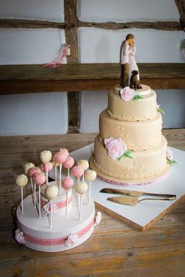 dreistöckige Hochzeitstorte mit passenden CakePops in champagner und rosé