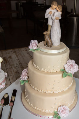 Vintage Rosen auf der champagnerfarbenen Hochzeitstorte