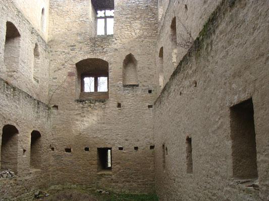 Die Burgruine Liebenstein selbst verfügt über kein Dach und auch hier sieht der Boden etwas derangiert aus, sonst könnte man hier tagen …