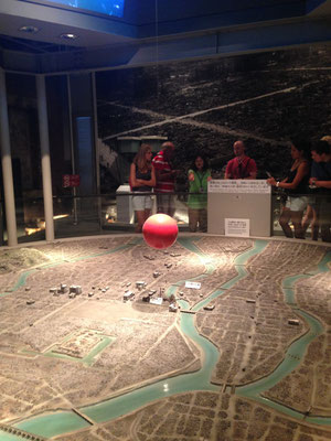 Model der Stadt. Die rote Kugel ist dort, wo die Bombe explodierte. Es stehen nur noch wenige Ruinen.