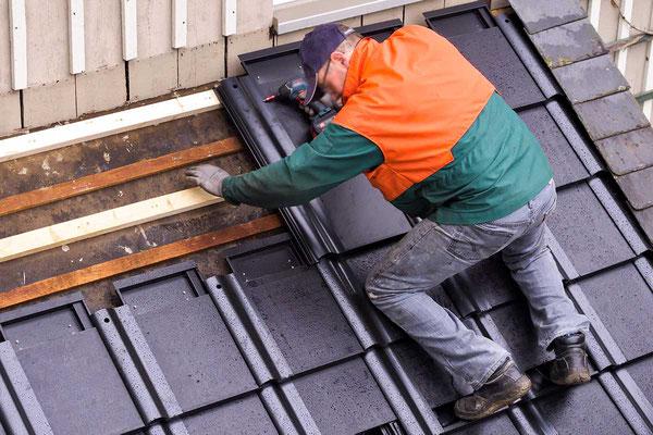 paXos Solardachpfannen werden auf Dach gedeckt