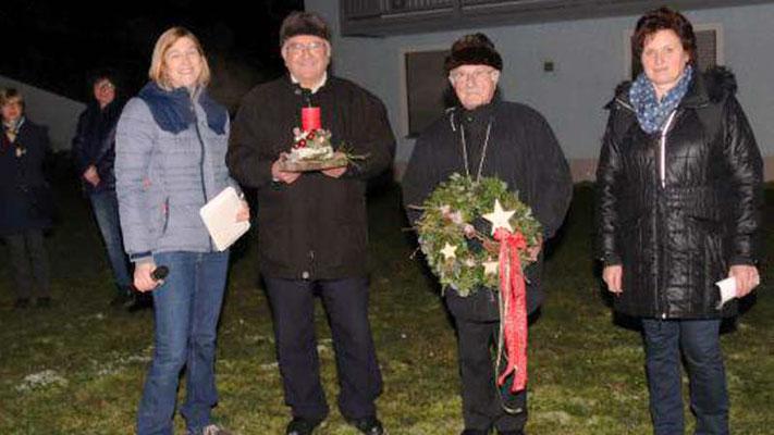 Caroline Stautner und Christina Wutz übergaben an Stadtpfarrer Häupl und Ruhestandspfarrer Raimund Arnold Adventskranz und -gesteck.