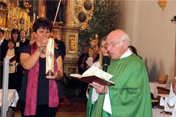 Pfarrer Raimund Arnold segnete die Jubiläumskerze.