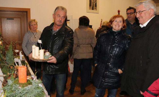 Er hat den passenden Adventskranz gefunden. Auch Pfarrer Wolfgang Häupl freute sich über das vielfältige Angebot.