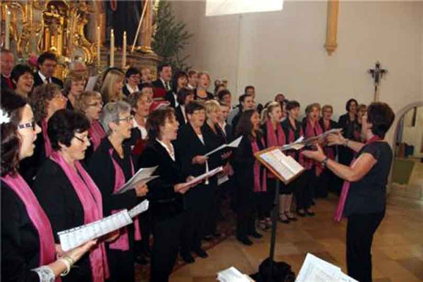 Die Chöre aus Ast und Döfering gestalteten den Gottesdienst musikalisch.