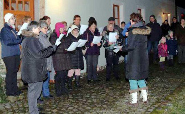 Der Aster Kirchenchor eröffnete den Markt musikalisch unter der Leitung von Lissa Laubmeier und stimmte auf die staade Zeit ein.