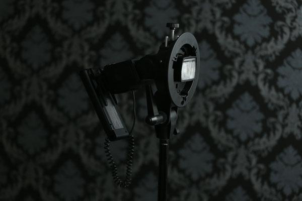 Alternativ zur Befestigung unter der Kamera bietet sich für den entfesselten Einsatz der Blitzschuh an - eine Befestigung auf einem Schirmneiger ist so nicht mehr möglich.