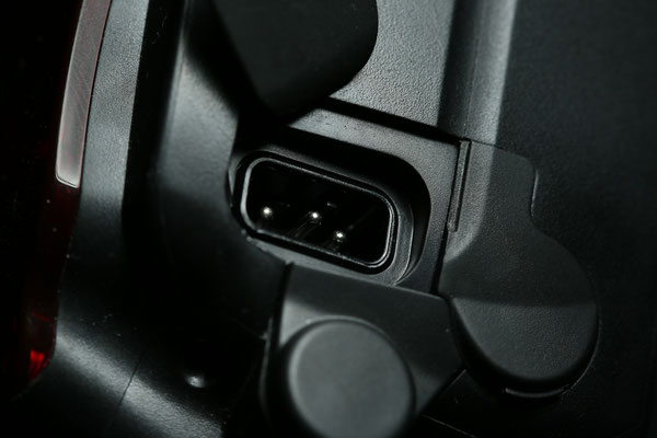 Powerbus am Speedlight unter einer Gummiabdeckung: Pinbelegung v.l.n.r. - +5V, GND, +320V, eine kleine Plastiknase (zwischen GND und +320V) verhindert ein verkehrtes einstecken.