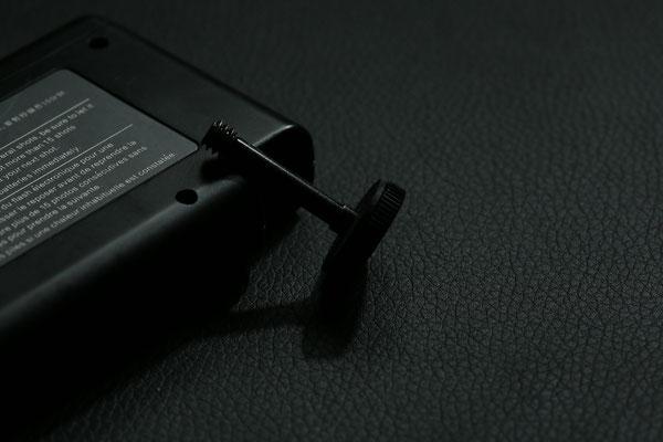 Sie kann einfach aus der Transporthülse ausgeschraubt werden. Anschließend kann sie durch das Batteriepack hindurch am Stativgewinde der Kamera befestigt werden.