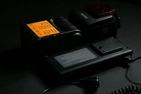 In puncto Größe und Gewicht entspricht das abgebildete Boostpack (6 AA-Batterien) ungefähr der Breite, Länge und halben Höhe eines Speedlights. Das Gewicht liegt mit Batterien bei 280g (halb so viel wie ein Speedlight)