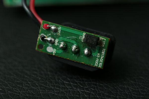 Ausgebaute Buchse aus einem Neewer TT560. Der +5V Pin ist nicht angeschlossen, dieser Blitz läuft nicht ohne interne Batterien. Eine SMT-Diode am +320V-Port schützt das Boostpack vor Spannungsrückkopplung aus dem Blitz-Kondensator.