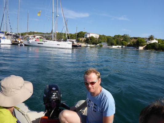 Mit dem Schlauchboot an Land