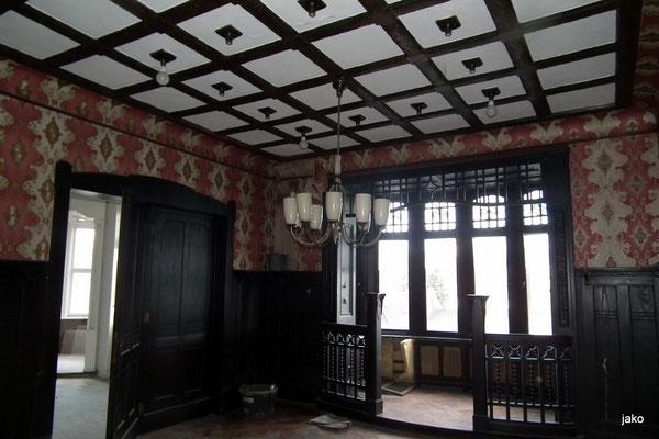 Repräsentativer Wohnraum mit kunstvoller Decke
