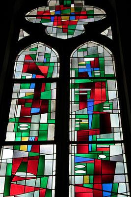 St. Marien, Die Kirchenfenster stammen aus dem Jahr 1955, Entwurf: Jacques le Chevalier aus Fontenay bei Paris