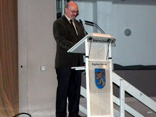 Dr. Karl-Ludwig Jüngst hält die Laudatio