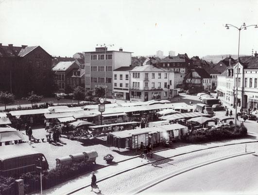 Dudweiler Markt ca 1970, im Hintergrund: Marktschule, Stadtbücherei, Röchling Bank, Grubenapotheke